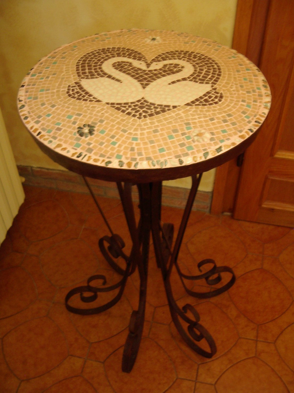 Tavolo in mosaico perfect tavolo ferro lcm mosaico with for Tavolo rotondo mosaico
